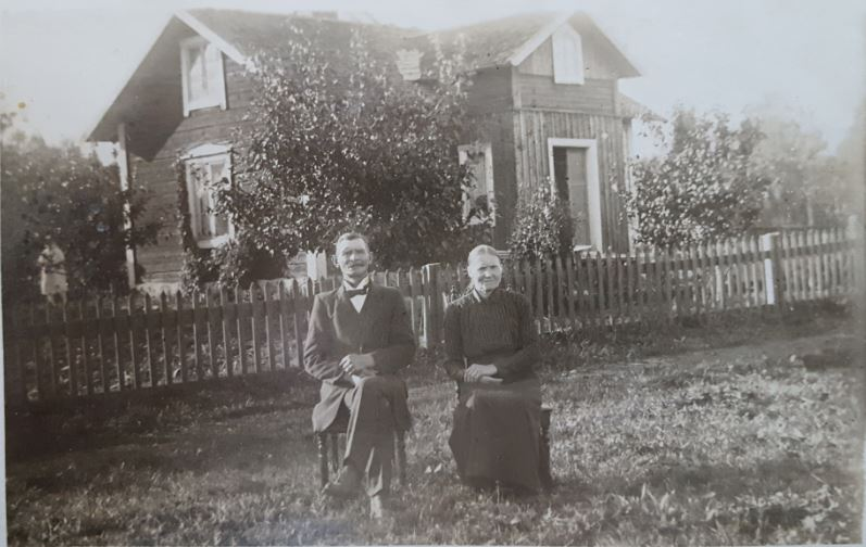 Anders Gustaf Henriksson och fru Emmeli vid sitt hus i Slåttan, Hållnäs
